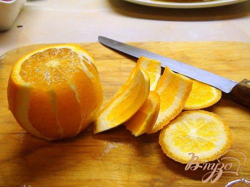 Флан с варёной сгущёнкой, апельсиновой карамелью и клубникой.