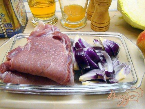 Медовая свинина с карамельным луком и тушёной капустой.