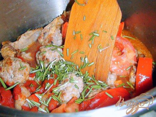Тефтели из колбасного фарша в томатном соусе.