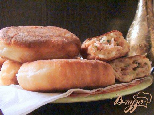 Жареные пирожки из творожного теста с начинкой из ветчины и сыра.