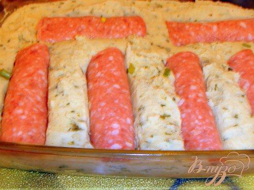Картофельная запеканка из ароматного пюре с кинзой и сырно-колбасными рулетиками.