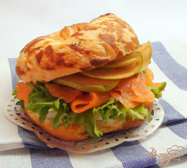 Рецепт Сэндвич-бублик с сёмгой, грушей и сырным кремом.
