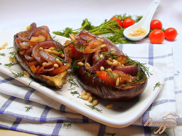 фото рецепта: Баклажаны с карамелизованным луком и кедровыми орешками.