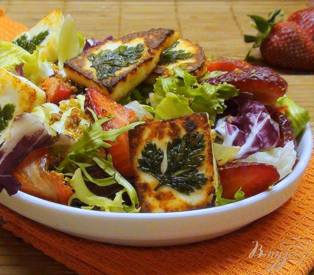 Рецепт Салат с клубникой, жаренный сыром и миндалём.