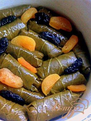 ДОЛМА с сухофруктами и чесночным соусом.