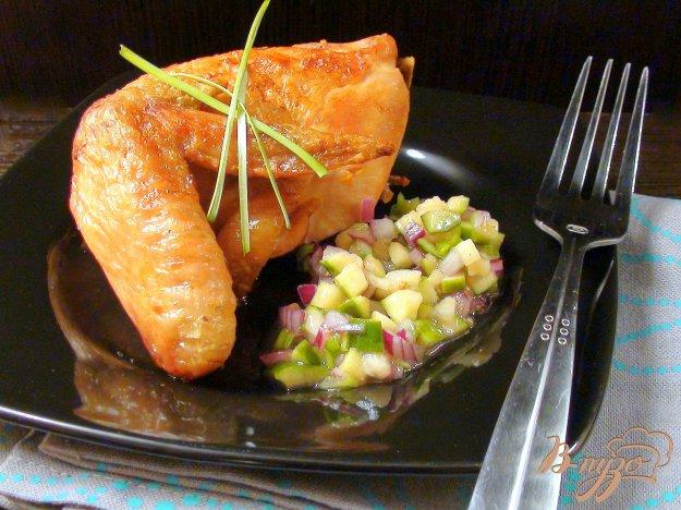 Рецепт Сальса из фейхоа и красного лука с поджаристой курочкой.