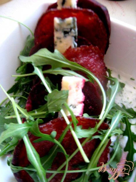 Рецепт Запеченная свекла с голубым сыром в кефирной заправке.