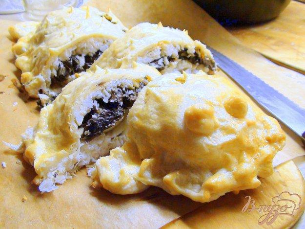 фото рецепта: Треска с грибами в слоёном тесте. Рыбный пирог.