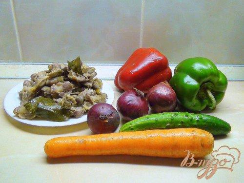 Острый овощной салат с куриными желудками.