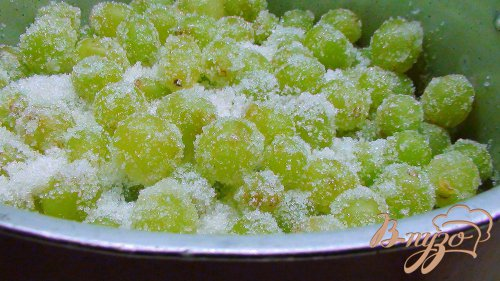 Варенье из винограда с пряностями и миндалём, томлённое в духовке.