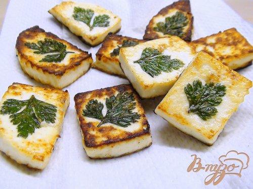 Салат с клубникой, жаренный сыром и миндалём.