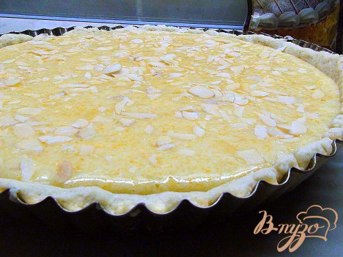 Тонкий цитрусовый пирог с миндальными лепестками.