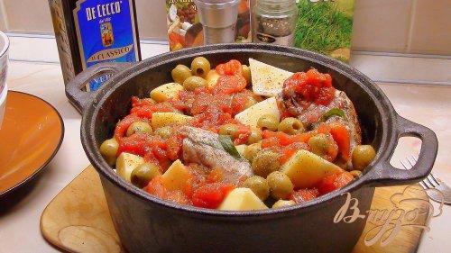 Курочка с картошечкой, тушённая почти в печи, с оливками и помидорами.