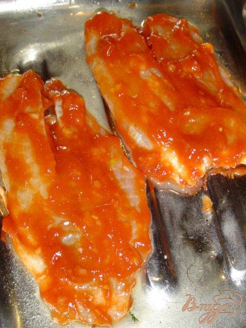 Рыба, запеченная с чесноком и луком