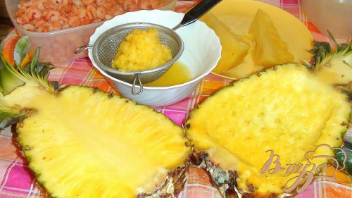 Салат креветочный с ананасом, в ананасе :)