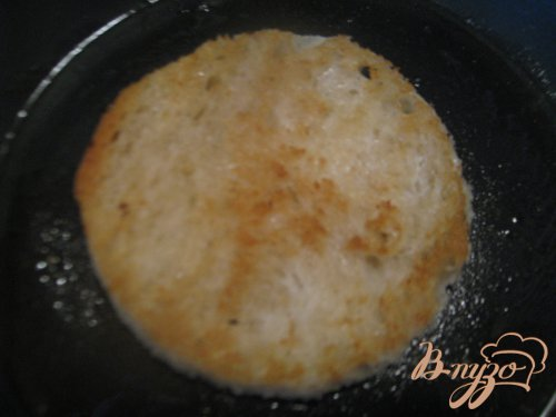 Карпаччо из говяжьей вырезки с мягким сыром и икрой мойвы.