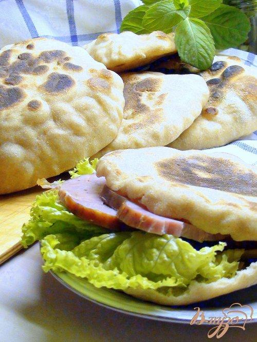 Булочки – «кармашки» из цельнозерновой муки или домашняя пита со сковороды.