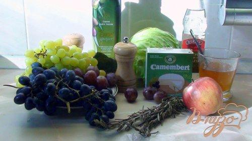Запечённый камамбер с салатом из винограда и розмарина.