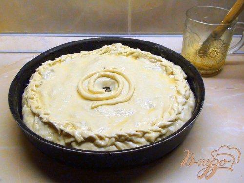 Пирог из слоёного теста с начинкой из фарша и кислой капусты.