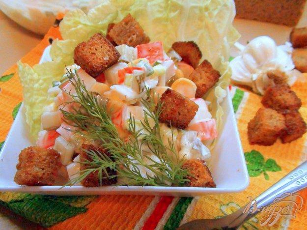 Рецепт Салат с крабовыми палочками и домашними сухариками.
