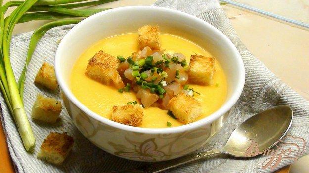 Рецепт Гороховый суп пюре с сырокопчёной куриной грудкой, зелёным луком и гренками.