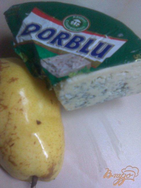 Лепешка с грушей, сыром Dorblu и рукколой.