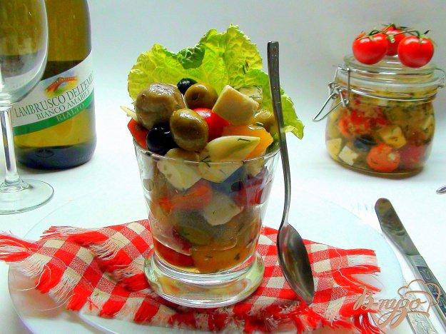 Рецепт Закуска в бокале «Праздничное ассорти». Сыр, маринованный с оливками и овощами.
