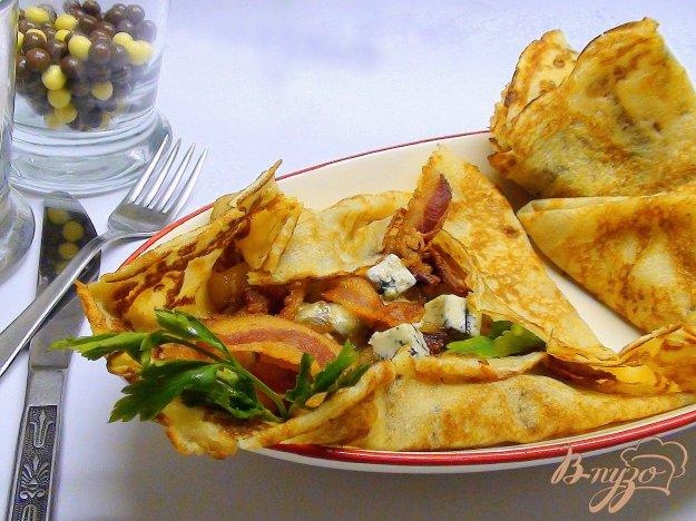 Рецепт Блины с грушами, карамельным луком и беконом.
