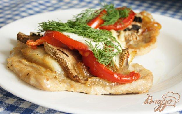 Рецепт Свиные отбивные запеченые с грибами, помидорами и луком