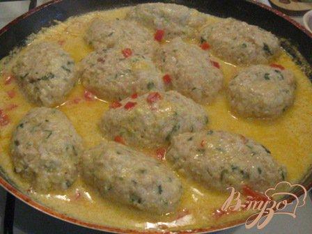 Куриные котлеты с кабачками в сырном соусе