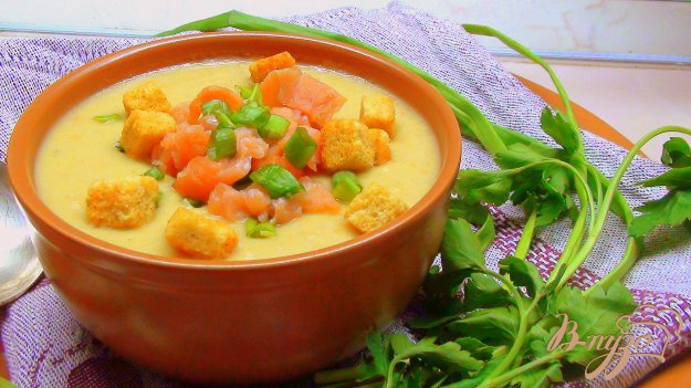 фото рецепта: Суп пюре из чечевицы с копчёной сёмгой, зелёным луком и сухариками.