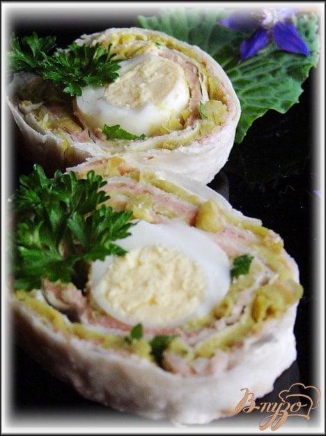 фото рецепта: Рулет с перепелиными яйцами