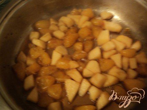 Блинные рулетики с фруктово-карамельным соусом.