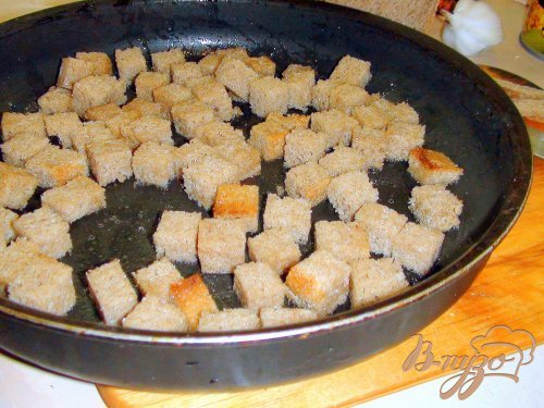 Салат с крабовыми палочками и домашними сухариками.
