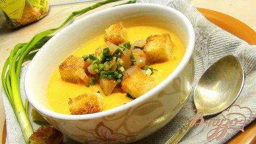 Гороховый суп пюре с сырокопчёной куриной грудкой, зелёным луком и гренками.