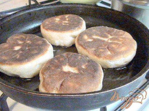 Жареные пирожки из цельнозерновой муки с фаршем или повидлом.