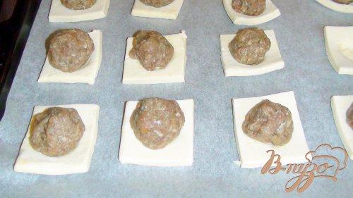 Быстрые пирожки из слоёного теста с тефтельками.