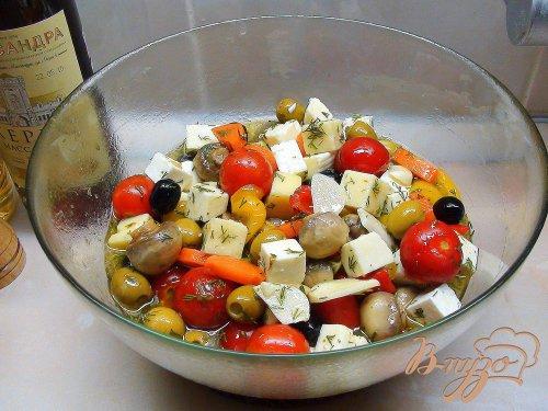 Закуска в бокале «Праздничное ассорти». Сыр, маринованный с оливками и овощами.