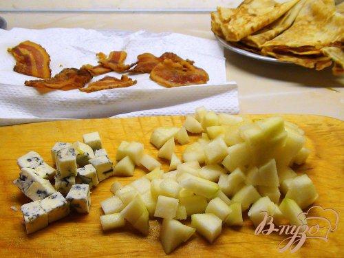 Блины с грушами, карамельным луком и беконом.