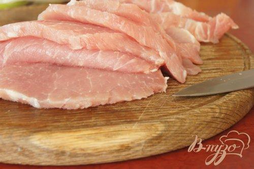 Свиные отбивные запеченые с грибами, помидорами и луком
