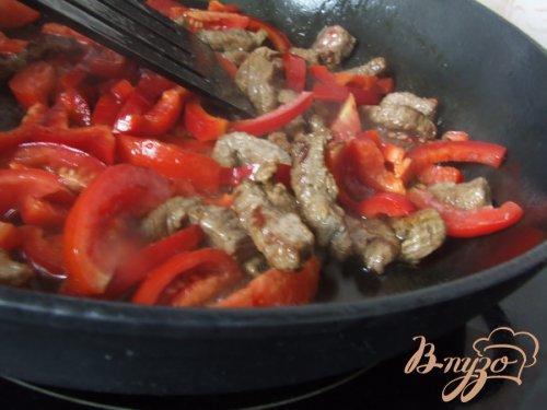 Телятина с болгарским перцем и помидорами