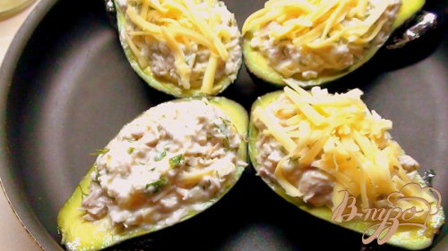 Лодочки авокадо, запеченные с курятиной.