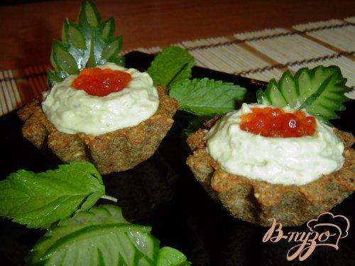Тарталетки с кремом из авокадо с сельдью