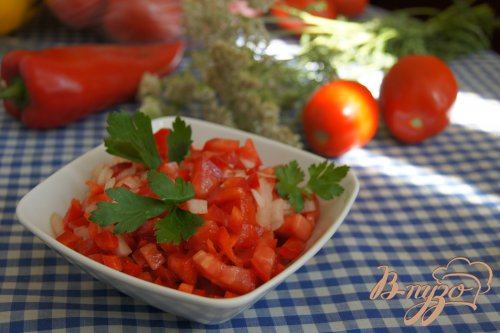 Салат из помидоров, сладкого перца и лука