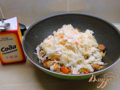 Овощное рагу с кислой капустой и тефтелями.