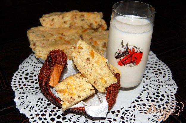 Рецепт Медовый бисквит с орехами и курагой из микроволновки