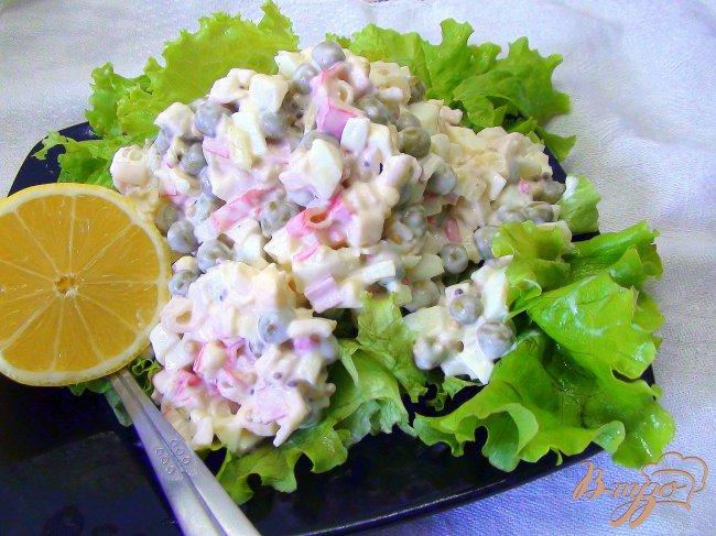 Салат с листовым салатом и крабовыми палочками