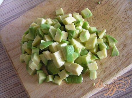 Салат с рукколой, креветками и авокадо