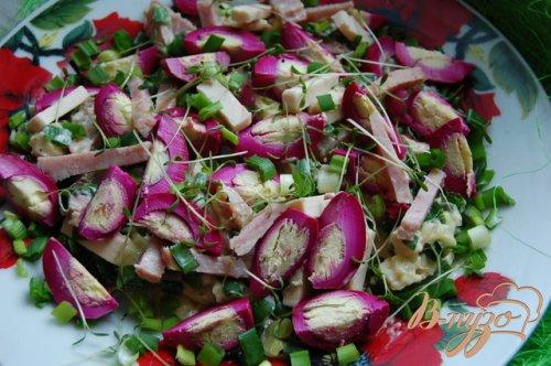 Пикантный розовый салат с маринованными яйцами