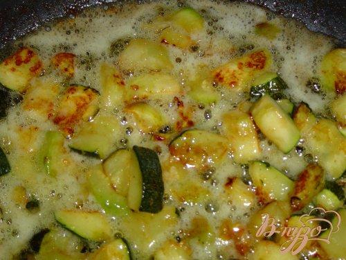 Жареные кабачки с чесноком и соевым соусом